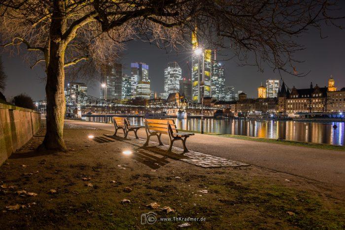 Skylline Frankfurt mit 2 Sitzbänken
