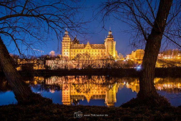 Schloss Johannisburg, Nachtaufnahme, Spiegelung