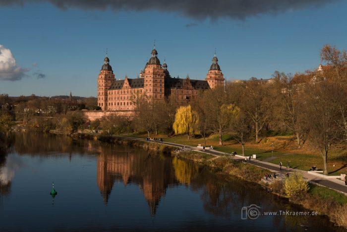 Schloss Johannisburg im Main gespiegelt